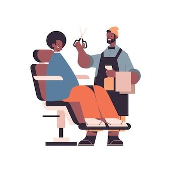 Coiffeur élégant coupe les cheveux du client masculin barbier afro-américain en uniforme coupe de cheveux tendance concept de salon de coiffure pleine longueur isolé illustration vectorielle