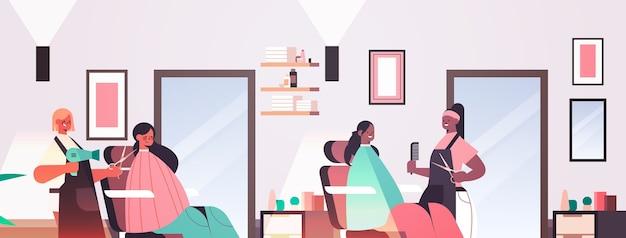 Coiffeurs faisant la coiffure pour mélanger les clients de course salon de beauté moderne intérieur illustration vectorielle portrait horizontal