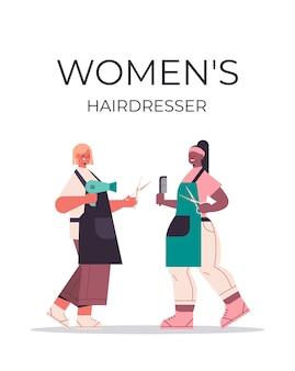 Coiffeurs pour femmes discutant lors de la réunion mix race filles en uniforme debout ensemble salon de beauté concept vertical pleine longueur isolé illustration vectorielle