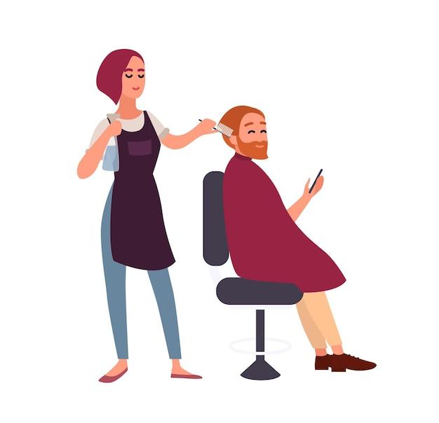 Coiffeuse coiffant les cheveux de son client masculin souriant assis sur une chaise et tenant un smartphone. heureux homme au salon de coiffure isolé sur fond blanc. illustration vectorielle de dessin animé plat