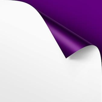 Coin recourbé de papier blanc avec ombre maquette close up isolé sur fond violet violet vif