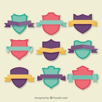 Collection de boucliers colorés avec des rubans