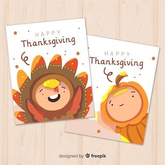 Collection de cartes happy thanksgiving au design plat avec des genres mignons en costume de fantaisie