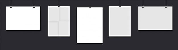 Collection de cartes en papier suspendues à des cordes