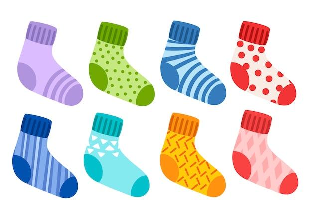 Collection de chaussettes tricotées en laine colorée. chaussettes avec différents motifs et textures. ensemble coloré.