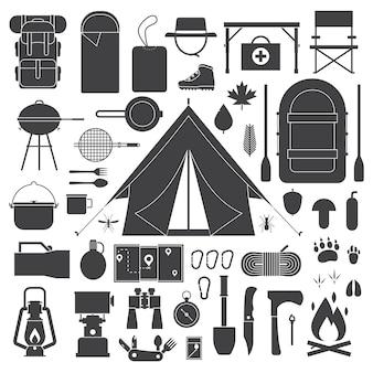 Collection d'éléments de contour de camping et de randonnée, y compris la tente et d'autres outils et objets touristiques
