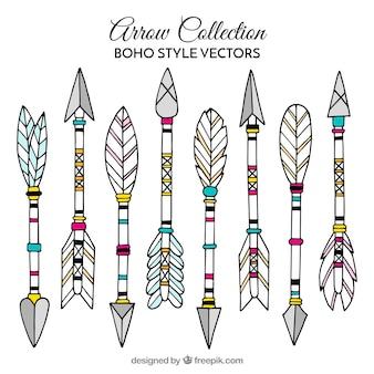 Collection de flèches boho avec des plumes dessinés à la main