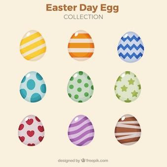 Collection d'œufs colorés avec des dessins abstraits