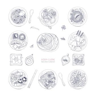 Collection de plats dessinés à la main de la cuisine asiatique isolé sur fond blanc. délicieux repas et collations, cuisine traditionnelle d'asie - nouilles ramen, boulettes, sushi. illustration détaillée de vecteur.
