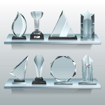 Collections de trophées transparents, récompenses et coupes gagnantes sur une étagère en verre.