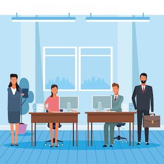 Collègues homme et femme au bureau
