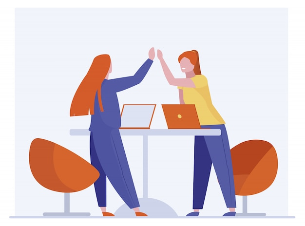 Collègues de travail célèbrent le succès