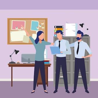 Collègues de travail avec des fournitures de bureau