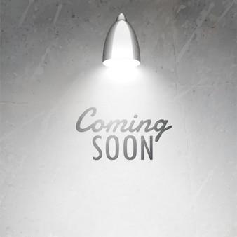 Coming soon texte placé sous une lampe rougeoyante sur le mur texturé gris