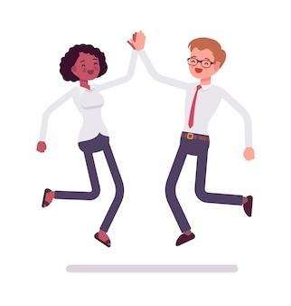 Commis masculins et féminins sautant donnant cinq haut