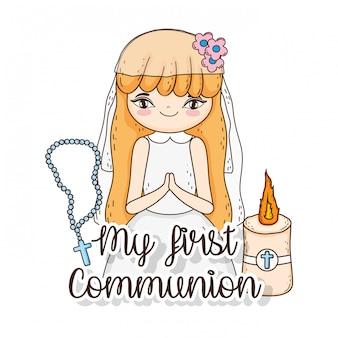 Communion de fille en robe avec bougie et chapelet