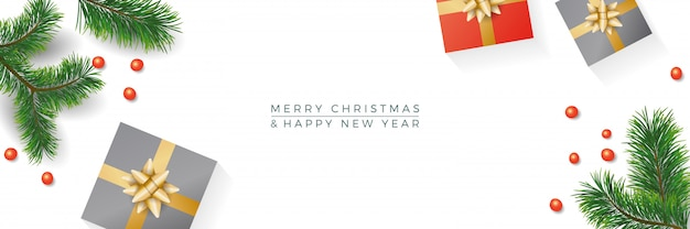 Composition de noël cadeaux, branches de sapin, cadeau sur fond de bannière blanche. hiver et nouvel an. pose à plat, vue de dessus, surface