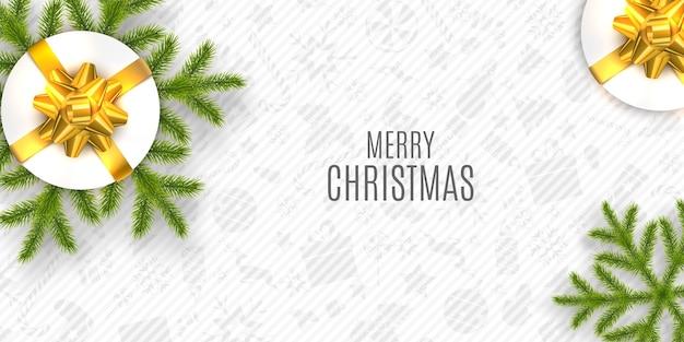 Composition de noël. souhaits de vacances sur fond blanc avec des branches de sapin et des coffrets cadeaux