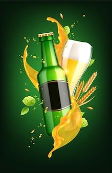 Composition réaliste de bière en verre et bouteille avec étiquette vide et éclaboussures de liquide