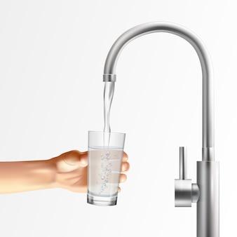Composition réaliste du robinet avec des images de l'eau courante du robinet métallique dans le verre tenu par la main de l'homme