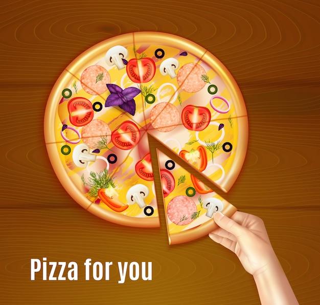 Composition réaliste de pizza au four sur fond en bois avec main tenant un morceau de plat