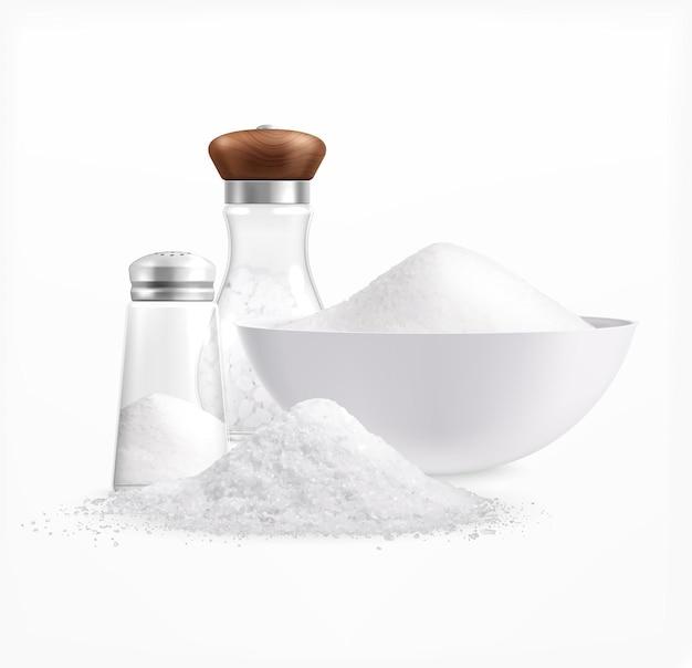Composition réaliste de sel de mer avec des tas de sel blanc dans des assiettes et des bocaux en verre avec illustration de bouchons