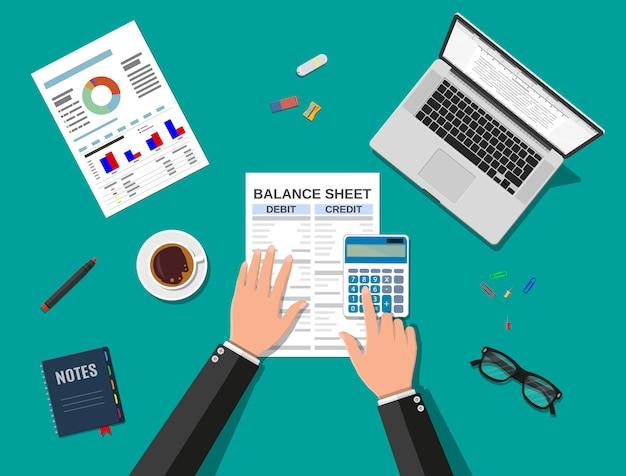 Le comptable vérifie le solde de l'argent