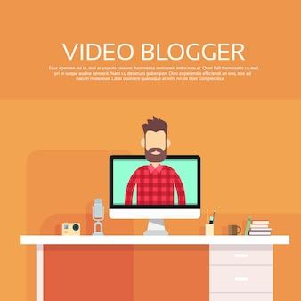 Concept de blogging vidéo sur ordinateur blogger homme