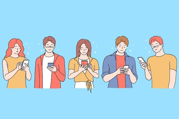 Concept de chat et de frappe en ligne. jeunes garçons et filles souriants caricature de chat et de communication en ligne sur les smartphones