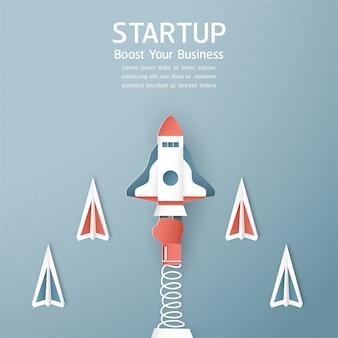 Concept de démarrage dans le style de papier découpé, artisanat et origami. la fusée vole sur le ciel bleu.