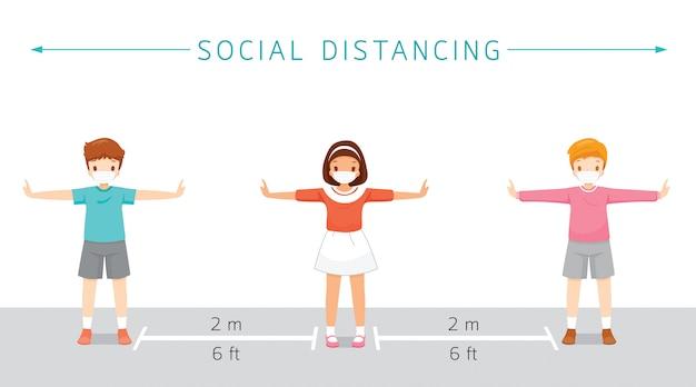 Concept de distance sociale, enfants portant des masques chirurgicaux debout avec distance, protection contre la maladie à coronavirus, covid-19