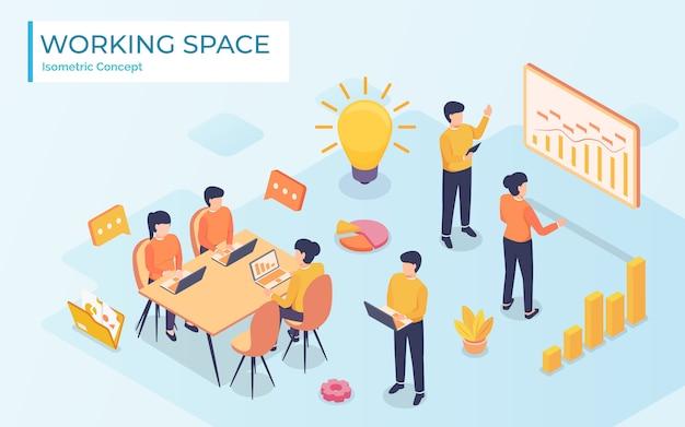 Concept du centre de travail. réunion d'affaires. les gens parlent et travaillent sur les ordinateurs du bureau à aire ouverte.