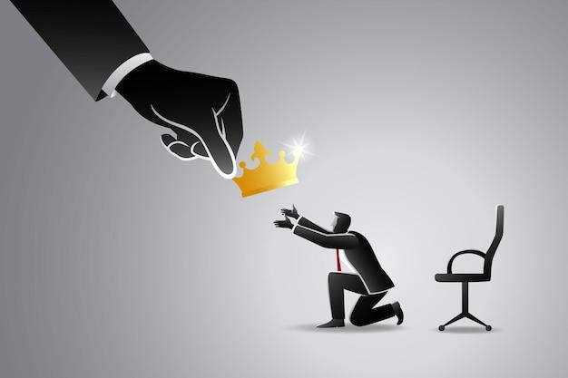 Concept d'entreprise, grosse main donnant une couronne d'or à l'homme d'affaires