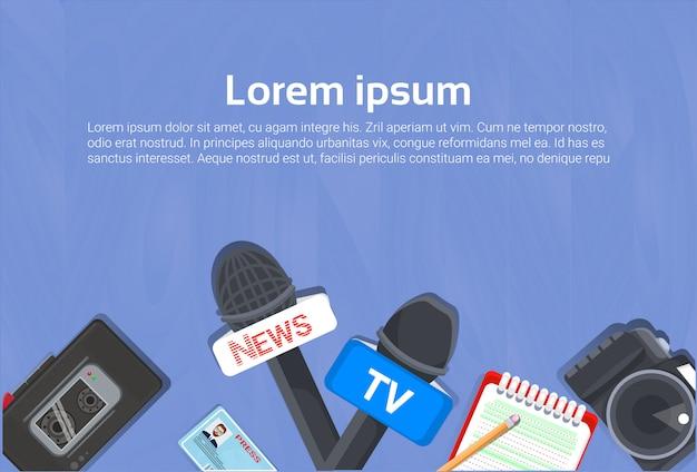 Concept d'équipement de journaliste vue de dessus de cahier, microphones, magnétophone