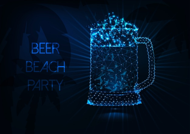 Concept de fête de plage de bière avec chope de bière rougeoyante basse poly, rayons, palmiers et texte sur bleu foncé.