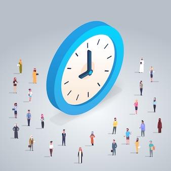 Concept de gestion du temps avec des hommes d'affaires