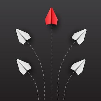 Concept d'individualité un avion en papier rouge leader individuel et unique vole sur le côté pensez différent
