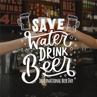 Concept de lettrage de la journée internationale de la bière
