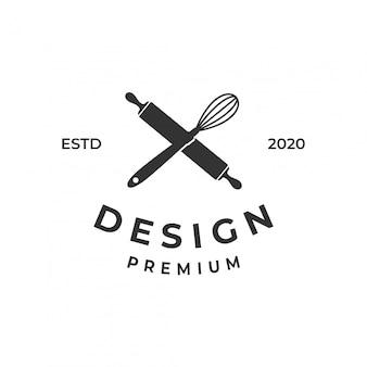 Concept de logo de boulangerie avec fouet et rouleau à pâtisserie.