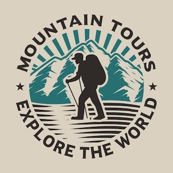 Concept de logo de randonnée avec une randonnée dans la forêt sur le blanc