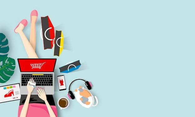 Concept de magasinage en ligne de femme tenant la carte de crédit et en utilisant un ordinateur portable