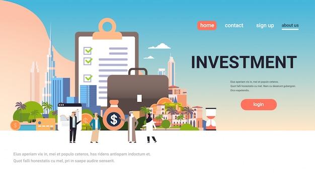 Concept de page de destination d'investissement avec des personnes arabes