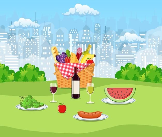 Concept de pique-nique d'été avec panier plein.