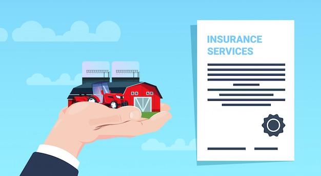 Concept de protection des services d'assurance tracteur à main ferme agricole contrat de politique sur fond bleu plat