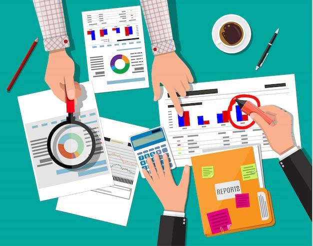 Concept de rapport financier. espace de travail d'entreprise, vue de dessus