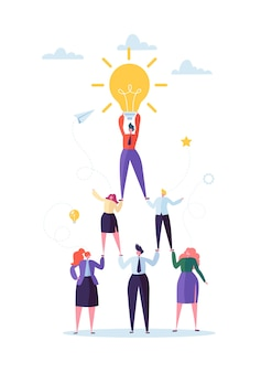 Concept de travail d'équipe réussi. pyramide des gens d'affaires. leader tenant une ampoule sur le dessus. leadership, travail d'équipe et idée créative.