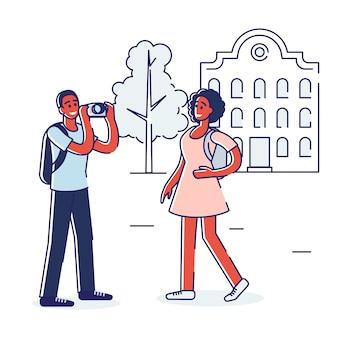 Concept de voyage. heureux couple voyage par des monuments célèbres