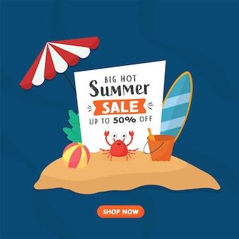 Conception d'affiche de vente d'été avec une offre de réduction de 50 % et des éléments de plage sur fond bleu.