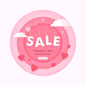 Conception d'affiche de vente de la saint-valentin avec des coeurs en papier, des nuages accrochés sur fond rose et blanc.