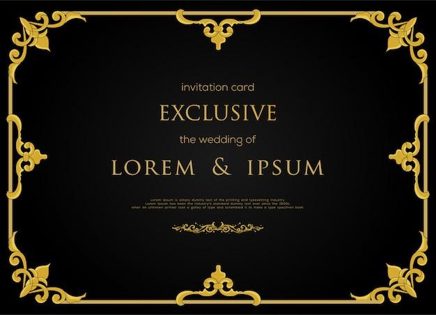 Conception de carte d'invitation exclusive avec cadre de couleur or de luxe et élément décoratif